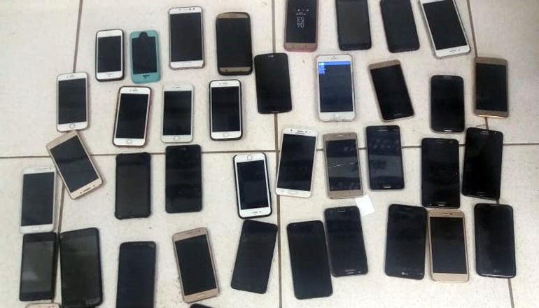 Polícia Militar prende duas mulheres com 43 celulares furtados na orla de Porto Seguro
