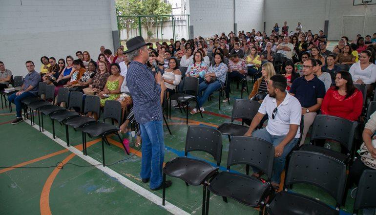 Formação continuada de professores da rede municipal recebe antropólogo Tião Rocha