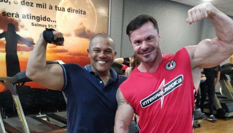 "O renomado fisiculturista Renato Cariani esteve em Teixeira de Freitas e treinou na Gil Academia Prime; ""academia excelente"""