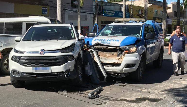 Viatura da Polícia Civil se envolve em acidente no centro de Teixeira
