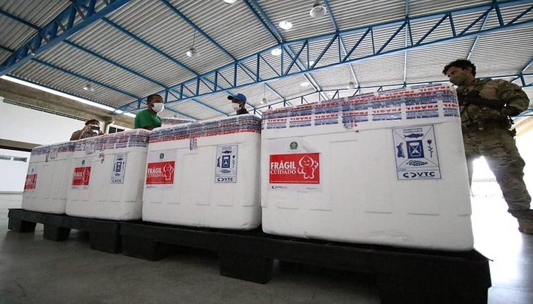 Remessa com vacinas da Oxford/Astrazeneca chega a Salvador