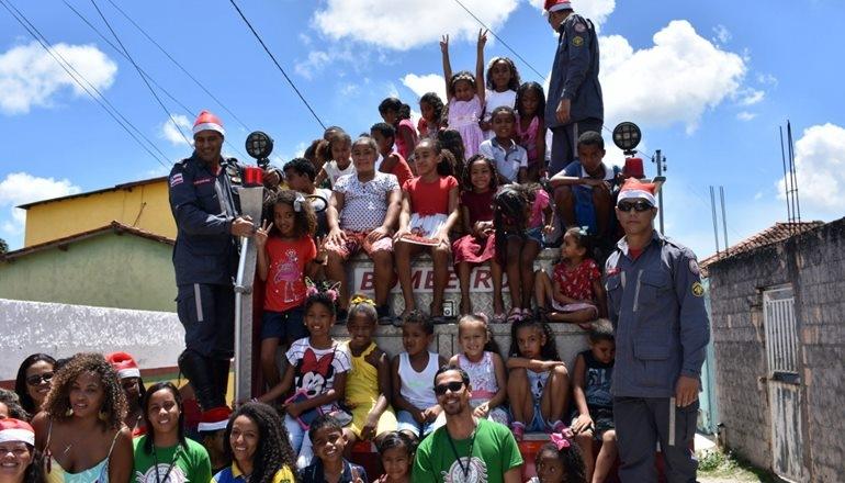 Em parceria com os Correios, equipe de bombeiros do 18º GBM faz a alegria das crianças em Caravelas; foram distribuídos inúmeros presentes