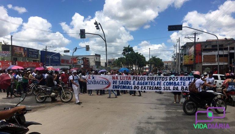 Sindacesb e servidores da saúde fazem manifesto no Centro de Teixeira; a prefeitura ainda não depositou a 2ª parcela do 13º